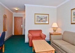 Magnuson Grand Pioneer Inn And Suites - 에스카나바 - 침실