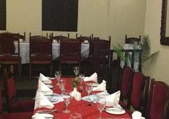 더 뉴 앰배서더 호텔 - Harare - 레스토랑