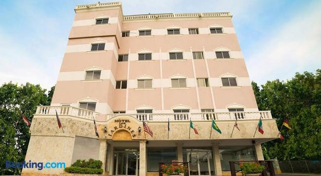 Hotel Los Jardines - 산티아고데로스카바예로스 - 건물