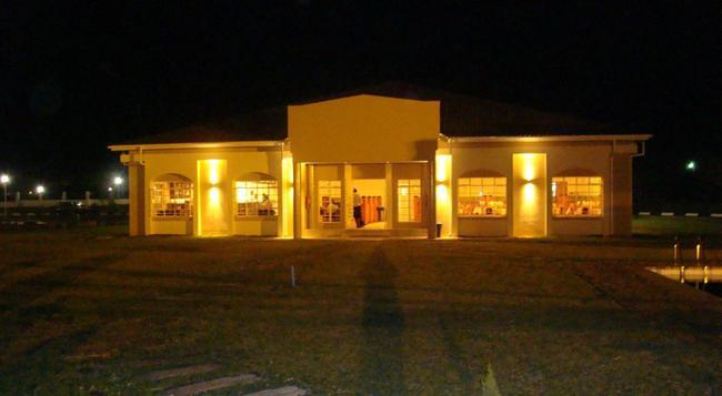 Adansonia Hotel - Francistown - 건물