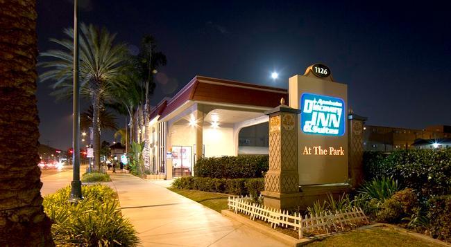 Anaheim Discovery Inn & Suites - 애너하임 - 건물