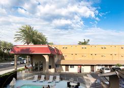 Anaheim Discovery Inn & Suites - 애너하임 - 야외뷰