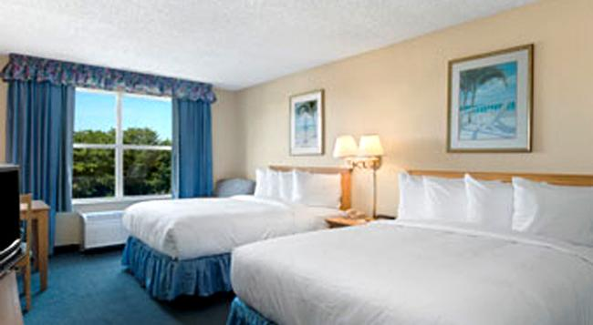 Baymont Inn & Suites Fort Myers Airport - 포트마이어스 - 침실