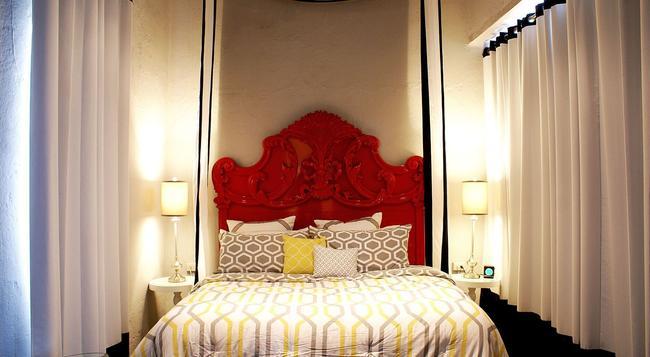 Monastery Art Suites - 산후안 - 침실