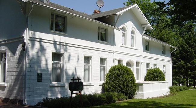 Hotel Weißes Schloß - 제바트헤링스도르프 - 건물