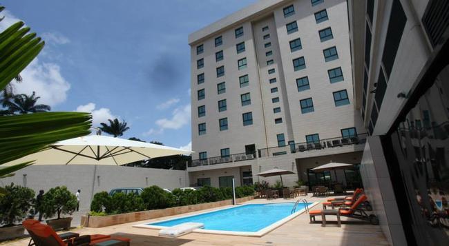 Star Land Hotel - Douala - 건물