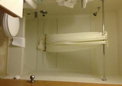 Days Inn & Suites Traverse City - 트래버스시티 - 욕실