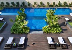 JW 메리어트 호텔 뉴델리 에어로시티 - 뉴델리 - 수영장