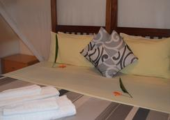 African Roots Guesthouse - Entebbe - 침실