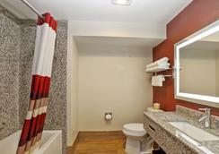 Red Roof Inn & Suites Monterey - 몬터레이 - 욕실