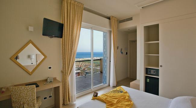 Hotel Ghirlandina - 리미니 - 침실