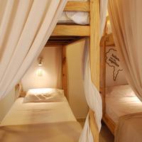 어바니안 Dormitorios con cortinas, luces y estantes individuales, lockers y refrigeración.