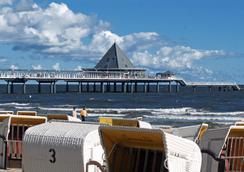 Seetelhotel Pommerscher Hof - 제바트헤링스도르프 - 해변