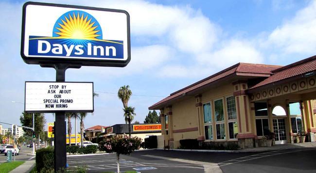 Days Inn Anaheim Near Convention Center - 애너하임 - 건물