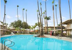 라마다 샌디에고 노스 호텔 앤 컨퍼런스 센터 - 샌디에이고 - 수영장