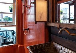 로이 라 롱 호텔 - 방콕 - 욕실