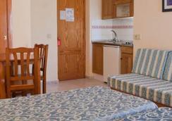 호텔 아파르타멘토스 룩스 마르 - 이비사 - 침실