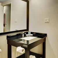 컴포트 인 루인 노랜다 Granite vanity and large framed mirror