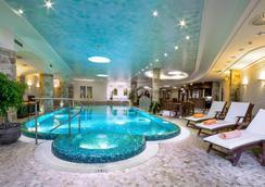 Carlsbad Plaza Medical Spa & Wellness Hotel - 카를로비바리 - 수영장