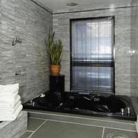 콜로니얼 하우스 인 Deep Soaking Bathtub