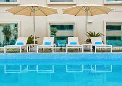 힐튼 가든 인 두바이 몰 오브 더 에미레이츠 - 두바이 - 수영장