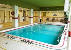 디 오크스 호텔 오버루킹 더 폴스 - 나이아가라폴스 - 수영장