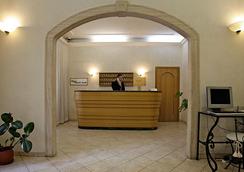 호텔 엠버시 - 로마 - 프론트 데스크
