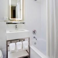 로 NYC 앳 타임스퀘어 Guest Bathroom