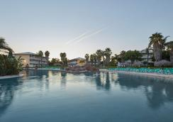 Portaventura Hotel Caribe - Theme Park Tickets Included - 살루 - 수영장