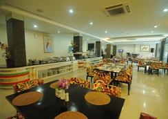 Hotel Swarna Dwipa - 팔렘방 - 레스토랑