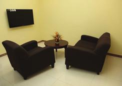 탄자나이트 이그제큐티브 스위트 호텔 - Dar Es Salaam - 침실