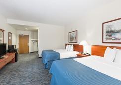Baymont Inn & Suites Des Moines Airport - 디모인 - 침실