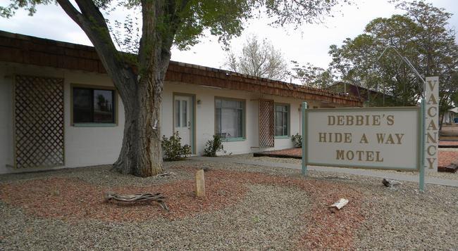 Debbie's Hide A Way Motel - 페이지 - 건물