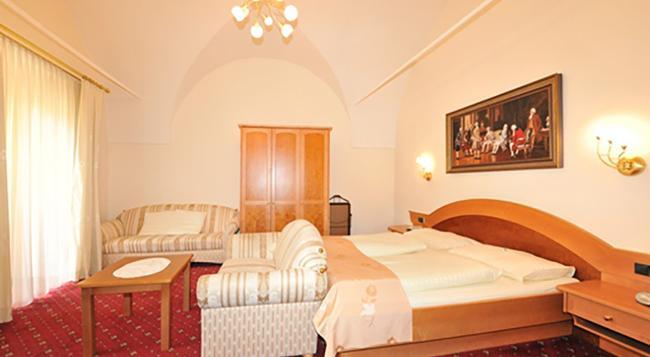 Hotel Goldener Brunnen - 클라겐푸르트 - 침실