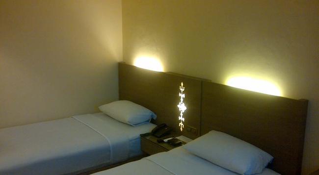 아만스 호텔 - 암본 - 침실