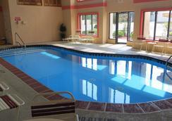 Travelodge Grand Rapids - 그랜드래피즈 - 수영장