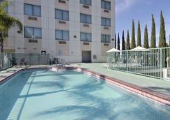 Ramada Plaza Anaheim - 애너하임 - 수영장
