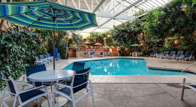 Hotel Elegante Conference & Event Center Colorado Springs - 콜로라도스프링스 - 수영장