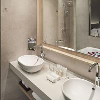 더 레벨 앳 메리아 바르셀로나 스카이 호텔 Junior Suite Bathroom